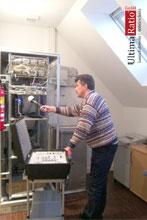 Messarbeiten an einem Schaltschrank mit einer Nahfeldsonde bei Lauschabwehr und Abhörschutz