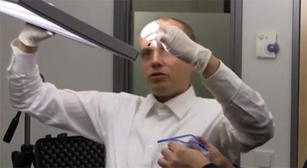 Abhörschutz-Experte bei der Durchsuchung